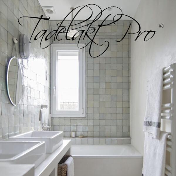 dekotuote-tadelakt-pro-sisustuslaasti-kylpyhoune-valkoinen-laattaseinä-ikkuna-claylime