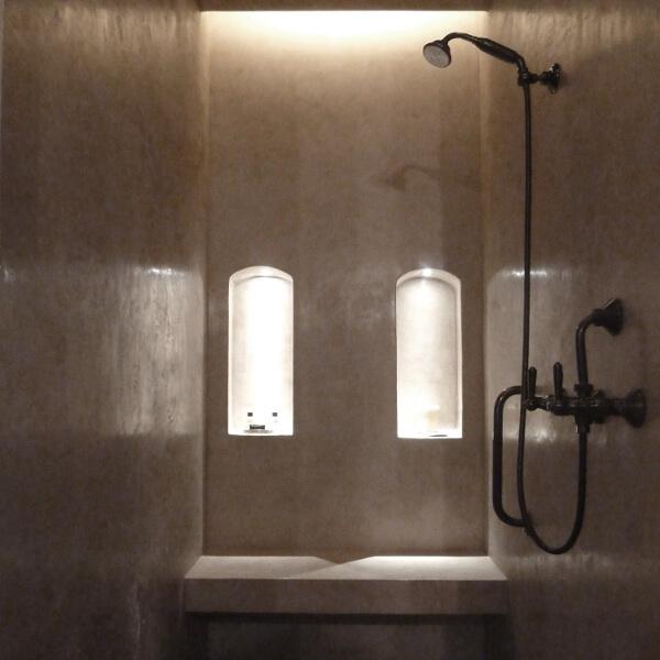 dekotuote-tadelakt-pro-sisustuslaasti-vedenpitava-claylime-suihku-syvennykset-penkki