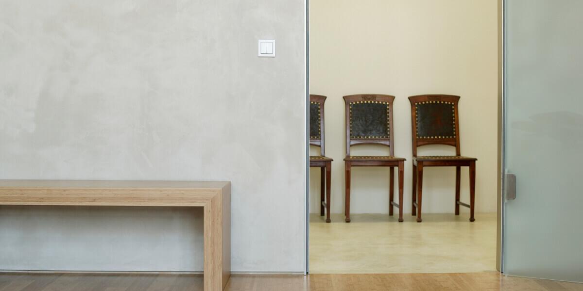 claystone-sisustuslaasti-hiekansavy-penkki-tuoli